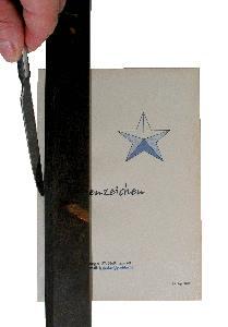 Buch binden - eine Falz zum Blättern des Deckels wird eingepresst